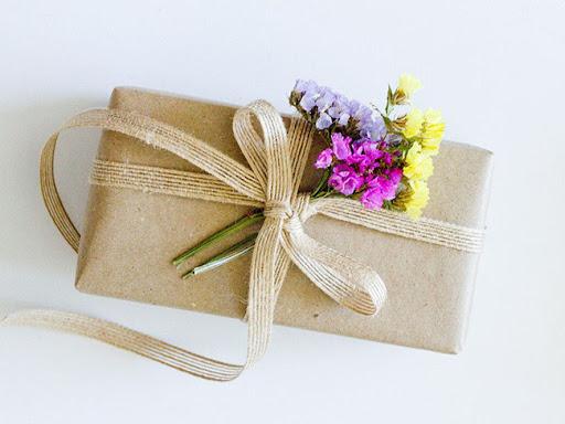 Trang trí hộp quà đẹp với ruy băng vải đay